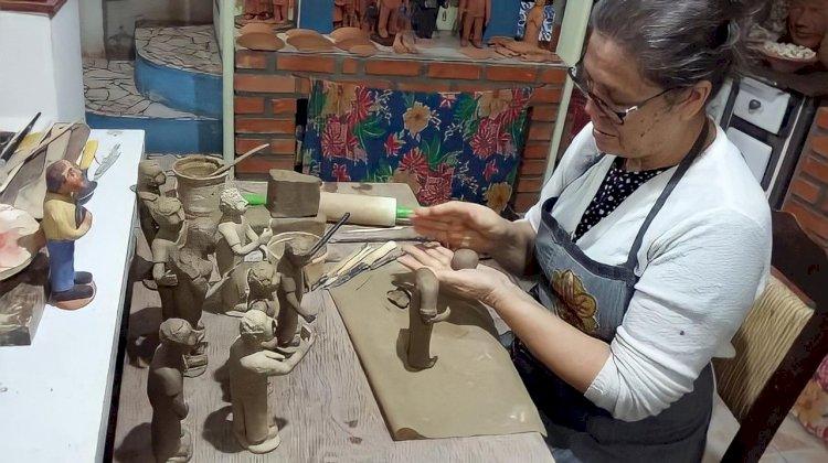 Demonstração técnica de modelagem em argila acontece na galeria